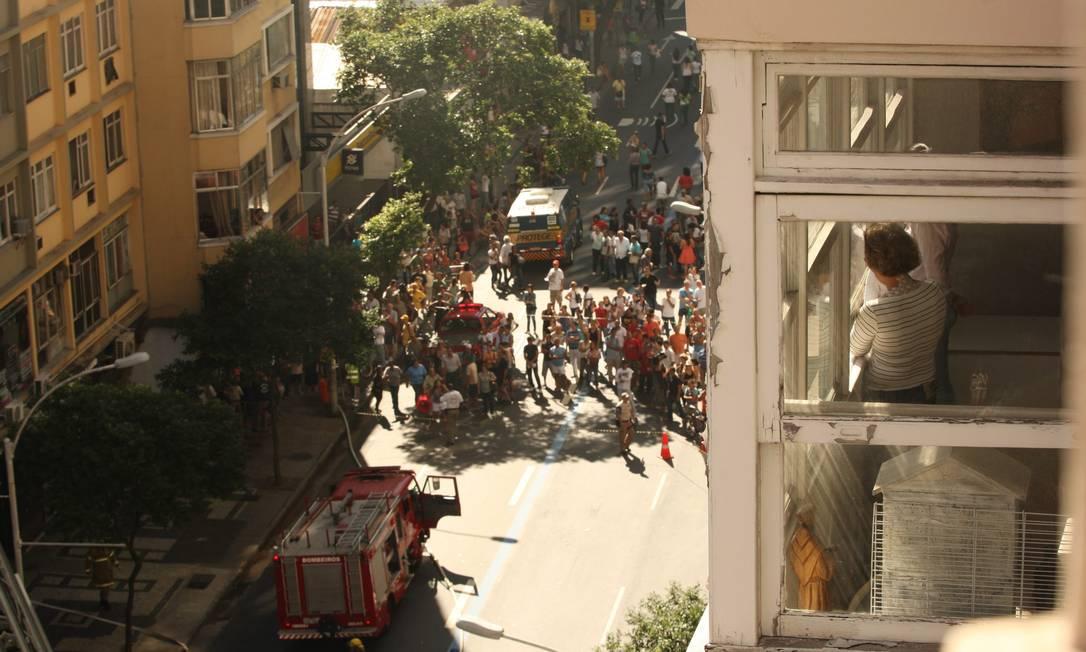 Dezenas de curiosos foram para o local acompanhar o trabalho dos bombeiros Angelo Antônio Duarte / O Globo
