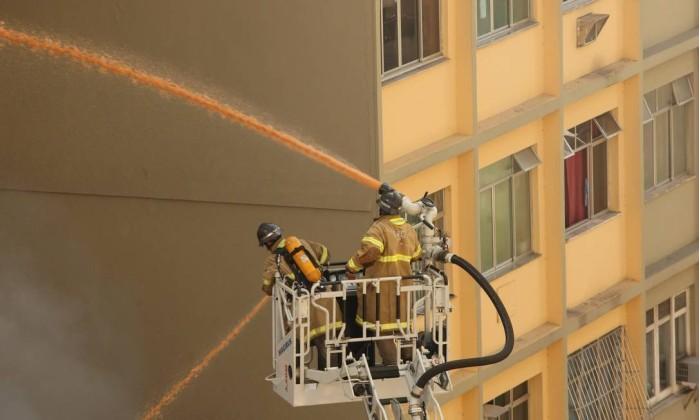 Bombeiros combatem o incêndio na Avenida Nossa Senhora de Copacabana Angelo Antônio Duarte / O Globo