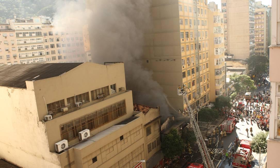 O fogo começou por volta de 9h10m no segundo andar da Aidan, loja que funcionava há 23 anos no local Angelo Antônio Duarte / O Globo
