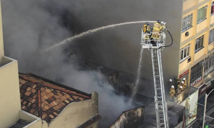 O fogo se alastrou para uma loja vizinha Custodio Coimbra / O Globo