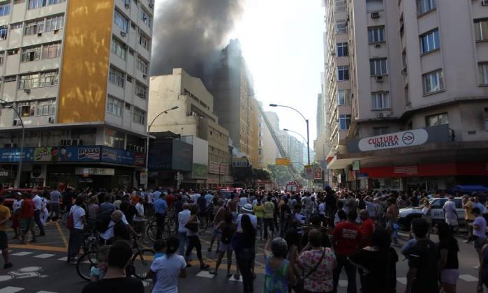 Multidão acompanha o trabalho dos bombeiros Custodio Coimbra / O Globo