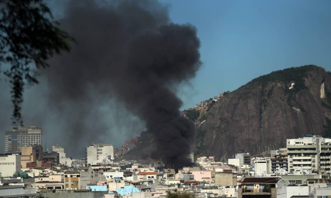 A coluna de fumaça pôde ser vista de longe Custodio Coimbra / O Globo