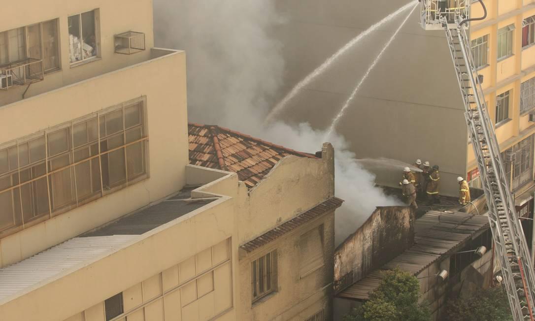 Cerca de dez viaturas do Corpo de Bombeiros trabalharam no combate ao incêndio Angelo Antônio Duarte / O Globo