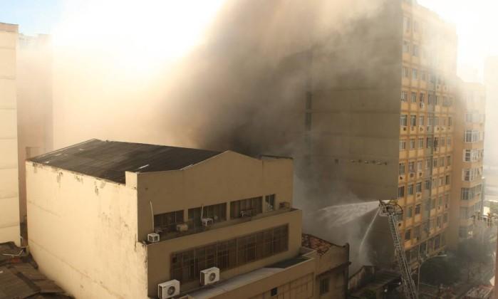 Ao perceberem a fumaça, funcionários e clientes da loja de artigos de festa deixaram o prédio imediatamente Angelo Antônio Duarte / O Globo