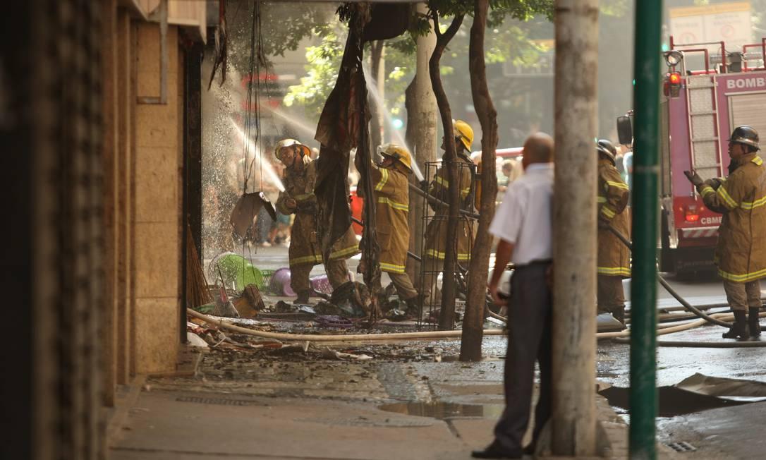 Bombeiros apagam o fogo que destruiu a tradicional loja de artigos de festa Angelo Antônio Duarte / O Globo