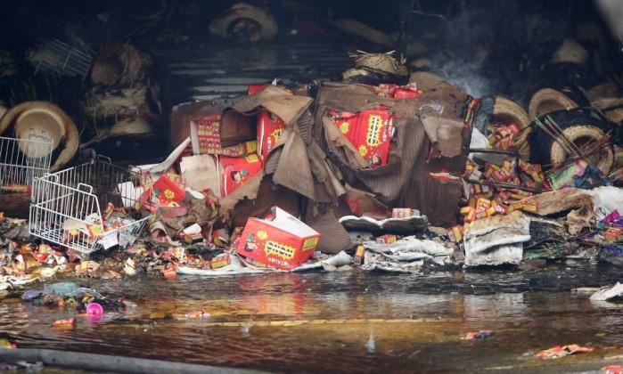 Produtos juninos destruídos por incêndio em loja de Copacabana Angelo Antônio Duarte / Agência O Globo