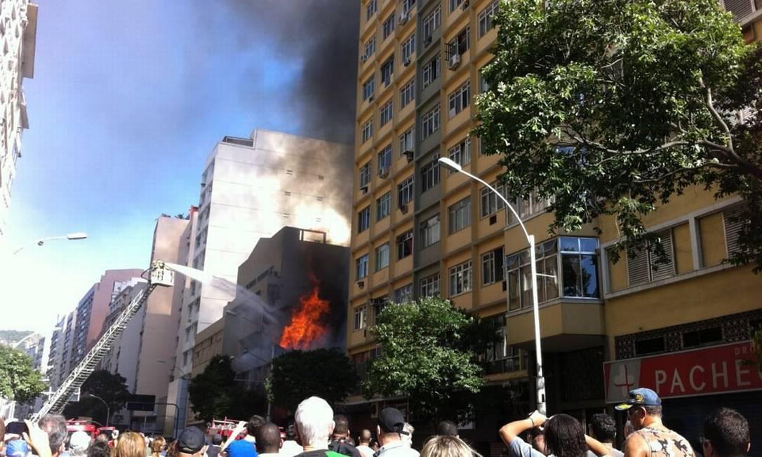 Bombeiros usam escada Magirus para apagar o fogo que destruiu loja de Copacabana Selma Schmidt / O Globo