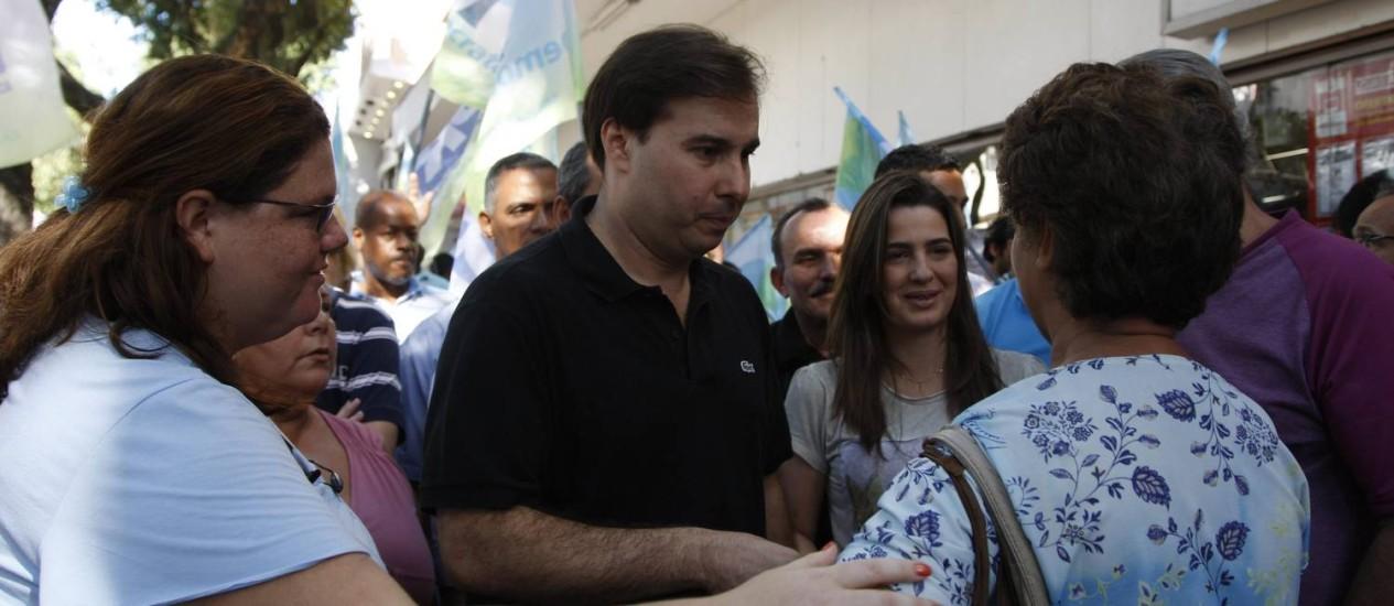 Rodrigo Maia (DEM) e Clarissa Garotinho (PR) pedem votos no Calçadão de Campo Grande, na Zona Oeste do Rio Foto: Marcos Tristão