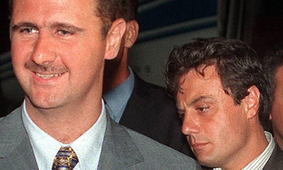 Assad e Tlass em 1999: deserção de general representa um golpe para regime Foto: AFP