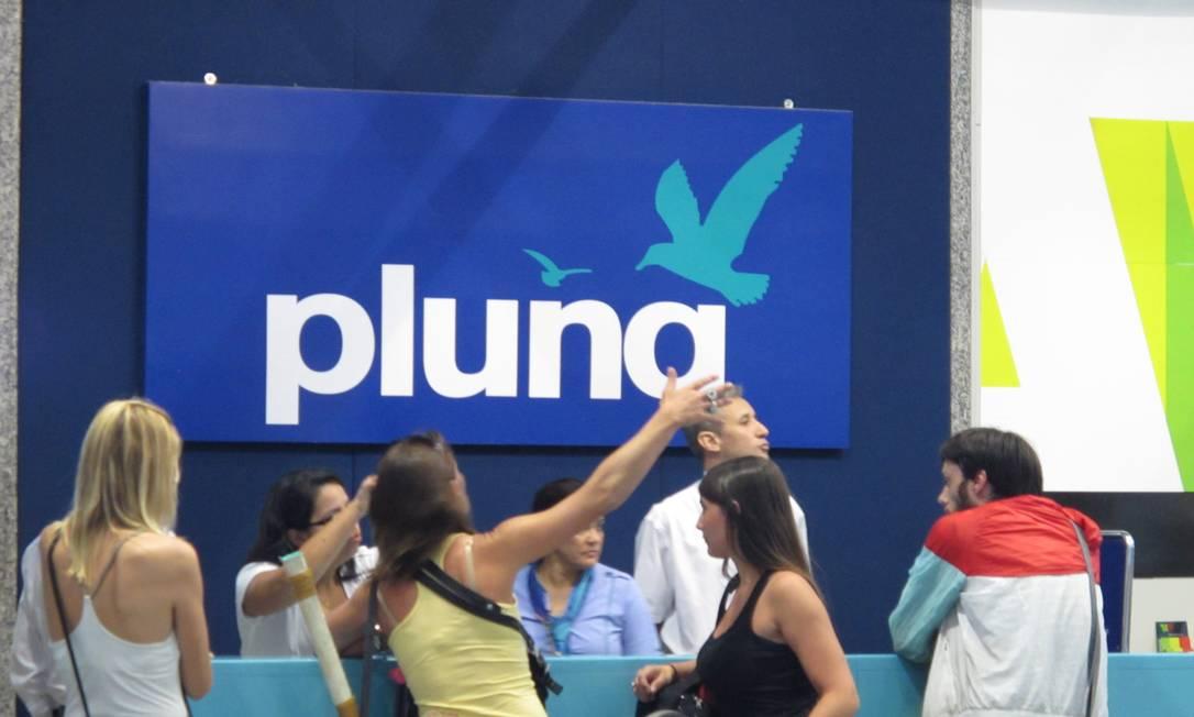 No início da tarde, passageiros aguardavam orientações no balcão de atendimento da Pluna no Galeão Foto: Rafael Soares / O Globo
