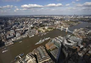 O Rio Tâmisa, a Tower Bridge, a Torre de Londres, o navio-museu HMS Belfast e o Gherkin vistos do 69º andar do Shard, a torre mais alta da Europa, inaugurada ontem Foto: Luke McGregor / Reuters