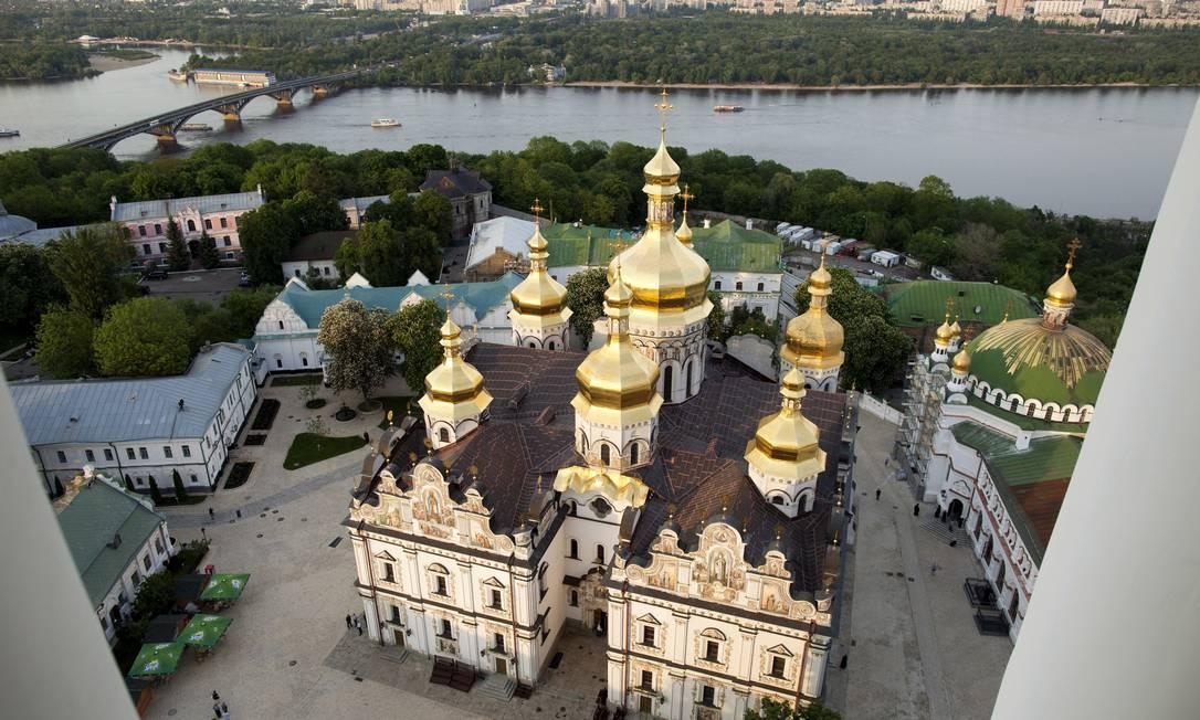 A Catedral de Dormition, à beira do Rio Dniper, em Kiev, é do século XI, mas teve de ser reconstruída após a Segunda Guerra. Foto: The New York Times / Joseph Sywenkyj