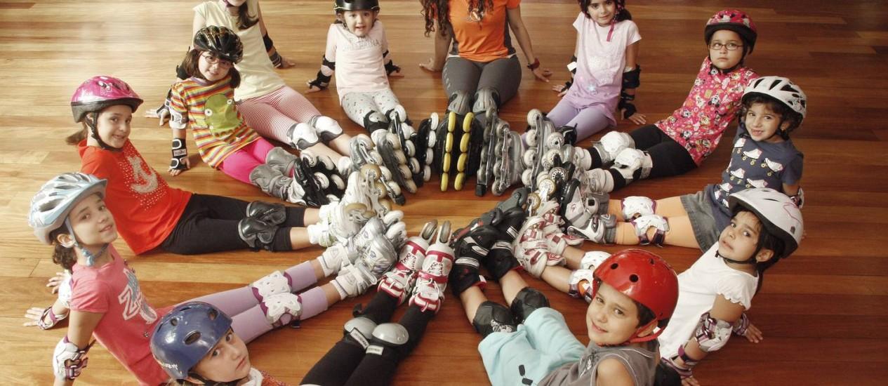 Turma de patinação na Velox Academia, coordenada pela professora Erika Cordeiro Foto: Fernanda Dias / Agência O Globo