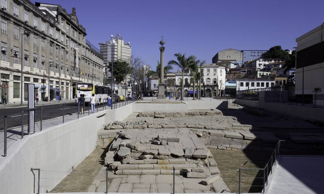 Escavações no porto têm revelado vestígios históricos, como o Cais do Valongo, na Avenida Barão de Teffé Foto: Daniela Dacorso / O Globo
