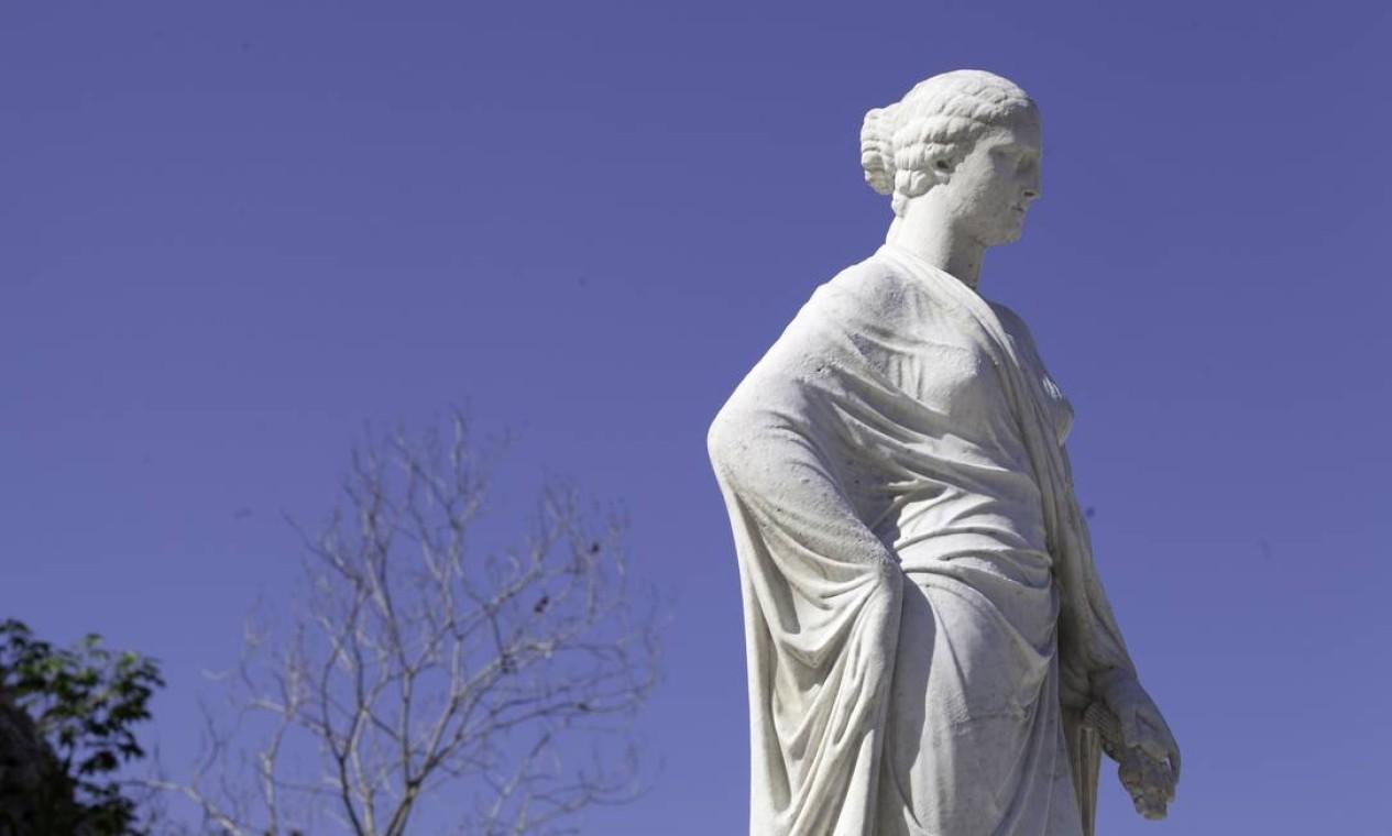 Um das quatro estátuas que foram devolvidas ao Jardim do Valongo Foto: Daniela Dacorso / O Globo