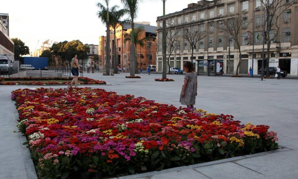 Praça no entorno do Cais do Valongo ganhou canteiros de flores Foto: Angelo Antônio Duarte / O Globo