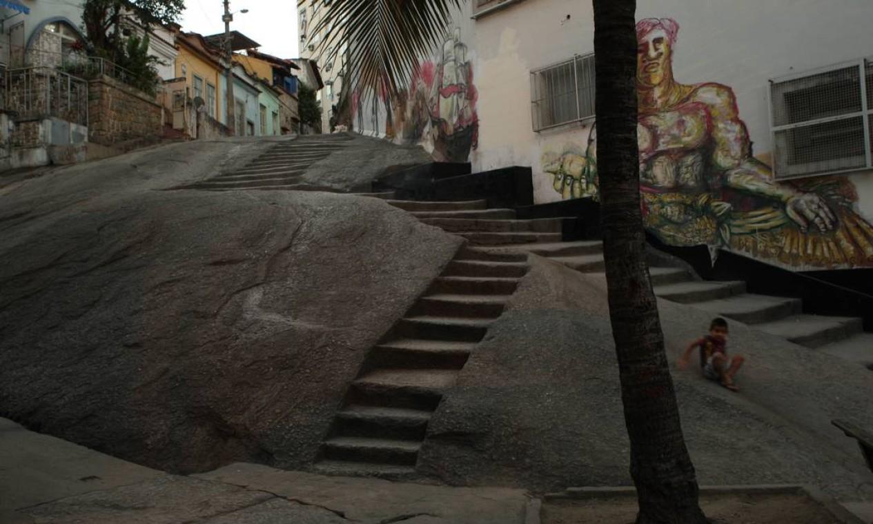 Pedra do Sal é famosa pelo samba que acontece às segunda-feiras e não parou mesmo com as obras Foto: Angelo Antônio Duarte / O Globo