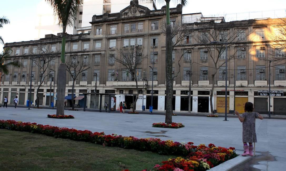 A imponência do Hotel Barão de Teffé junto à praça reformada Foto: Angelo Antônio Duarte / O Globo