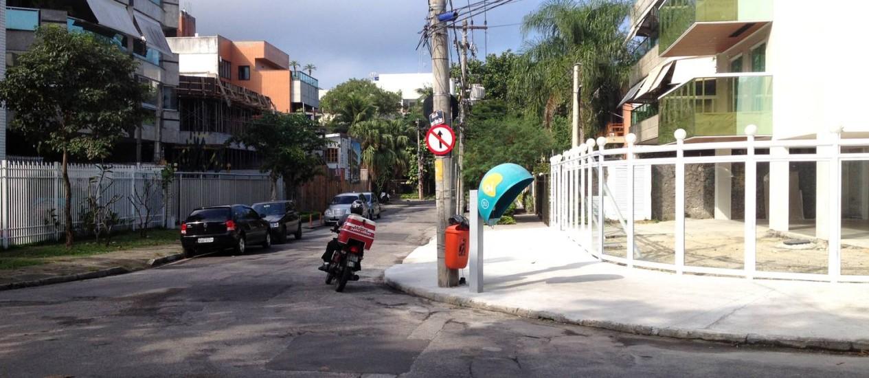 Motociclista segue pela contramão na Rua Henrique de Moura Costa, via que é de mão única de 2009, na Barra da Tijuca Foto: Foto do leitor Marcelo Jorge Brandão / Eu-Repórter