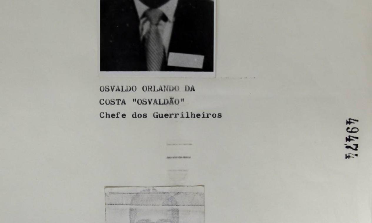 """Acima, uma imagem de Osvaldo Orlando da Costa, conhecido como Oswaldão, um dos comandantes da Guerrilha do Araguaia, com uma legenda que o identifica como """"Chefe dos Guerrilheiros"""" Foto: Reprodução"""