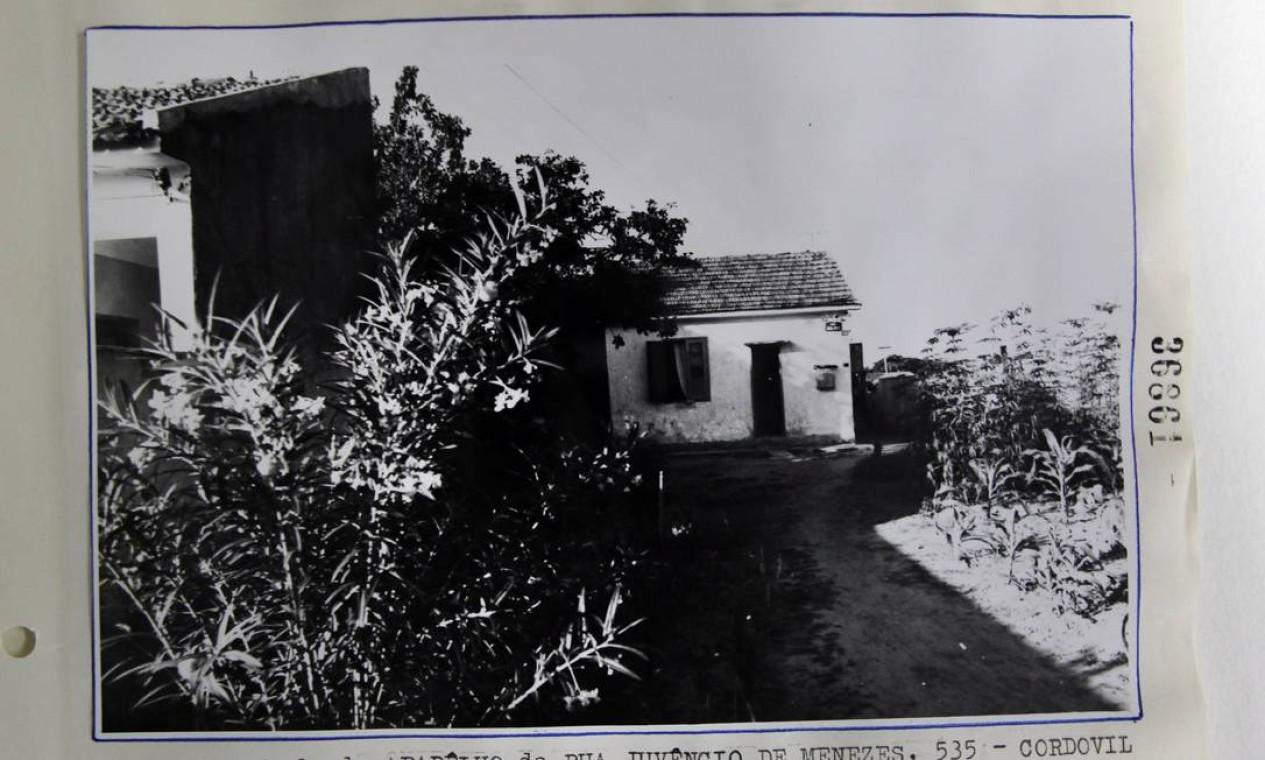 """Fachada de uma casa na rua Juvêncio de Menezes, em Cordovil, Zona Norte do Rio, identificada como o """"aparelho"""" onde teria ficado preso um embaixador alemão, sequestrado por militantes Foto: Reprodução / Arquivo Nacional"""