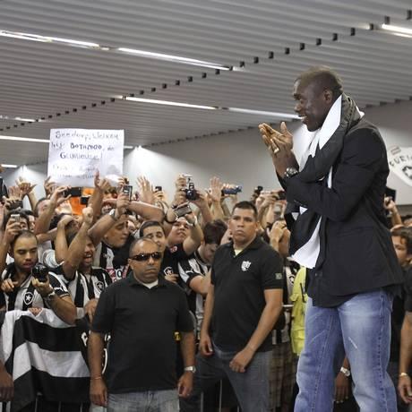 Seedorf agradece à torcida a recepção no Aeroporto Tom Jobim Foto: Alexandre Cassiano / O Globo