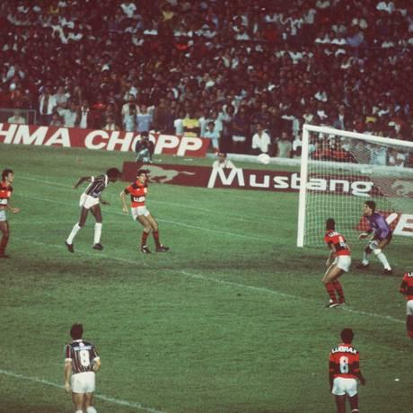 Assis, de cabeça, marca um gol no Fla-Flu de 1984, no Brasileiro Foto: Sebastião Marinho / O Globo