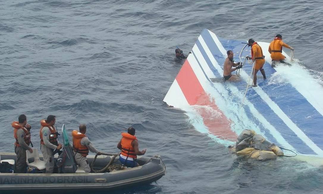 Militares retiram parte da cauda do 447 no Oceano Atlântico Foto: FAB/8-6-2009 / Divulgação