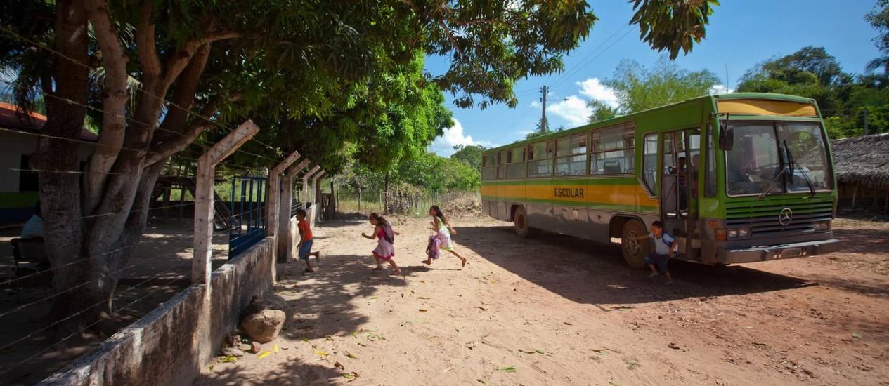 Na escola com melhor Ideb do Nordeste, em Teresina, professores ajudam alunos a atravessar até ponte para que eles consigam pegar o transporte escolar Foto: Fotos de João Brito Jr.