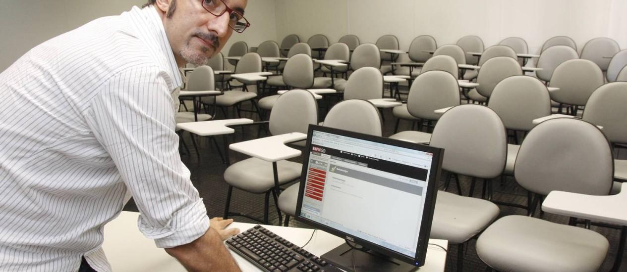 Luciano Tardin, da ESPM, mostra o programa que flagra plágios Foto: Fernanda Dias / O Globo