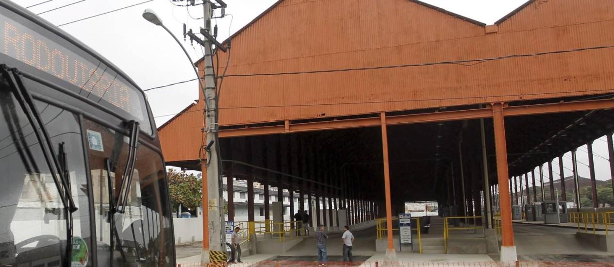 Um poste impede o funcionamento do novo terminal Foto: Marcelo Carnaval / O Globo