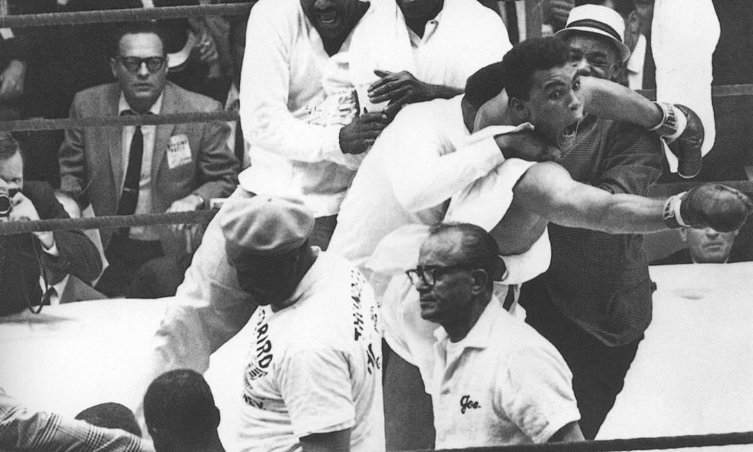 Muhammad Ali, ainda assinando como Cassius Clay, ao ganhar seu primeiro título, em 1964, contra Sonny Liston Arquivo / Agência O Globo
