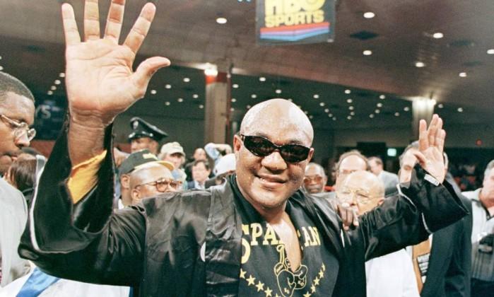 George Foreman, campeão olímpico em 1968, em foto de 1997, celebrando vitória sobre Lou Savarese aos 48 anos Arquivo / Reuters