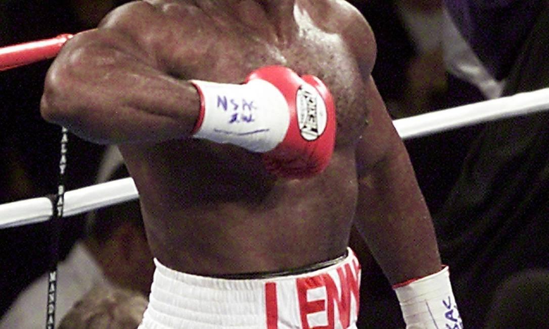 O inglês Lennox Lewis conquistou o topo do pódio olímpico nos Jogos de Seul, em 1988. Na foto, ele festeja nocaute sobre Hasim Rahman em 2001 Arquivo / AFP