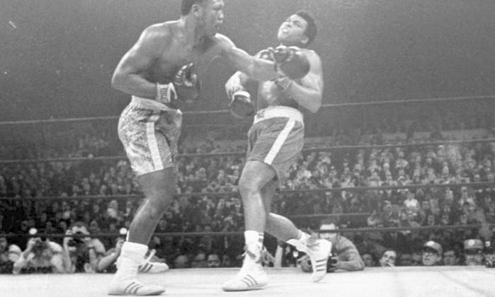Joe Frazier em luta de 1971, acertando um cruzado em Muhammad Ali Arquivo / AP