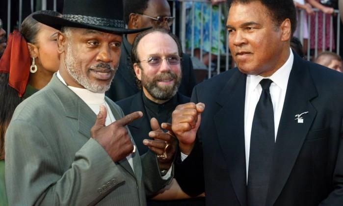 Frazier e Ali se reencontram em homenagem recebida por ambos em 2002 Arquivo / Reuters