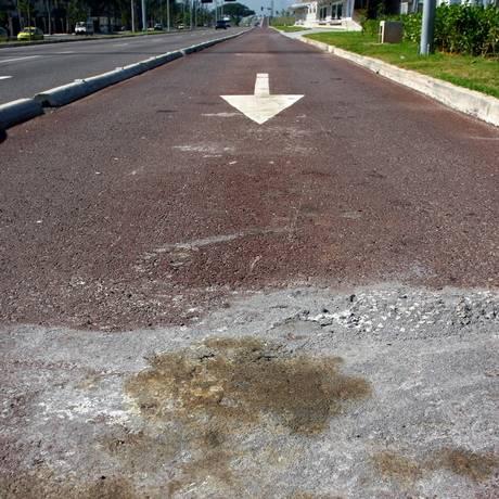 A pista exclusiva para ônibus do BRT Transoeste: coloração vermelha já desgastada Foto: Rafael Moraes / O Globo