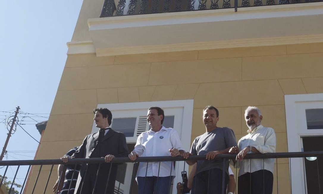 Ator com roupas de Passos ao lado do prefeito Foto: Marcos Tristão / O Globo