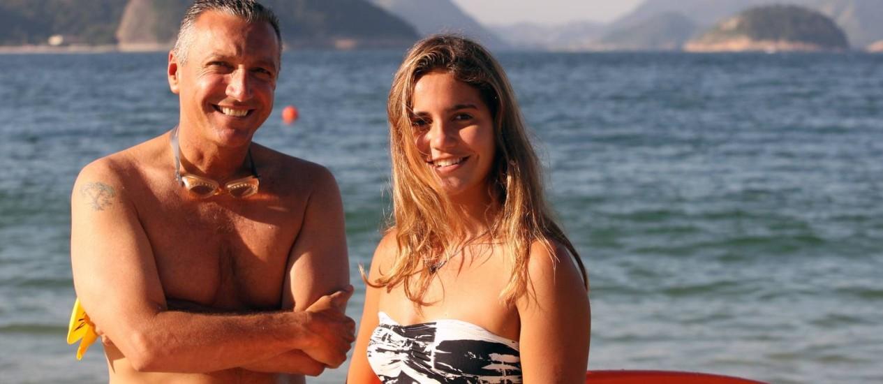 Miguel e Chloé Calmon: pai e filha, ambos surfistas, competirão, mas em diferentes categorias Foto: Angelo Antônio Duarte / Agência O Globo
