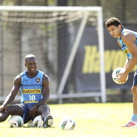 Elkeson é observado por Seedorf durante treinamento Foto: Alexandre Cassiano / O Globo