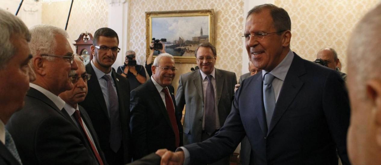 Lavrov cumprimenta membros da oposição síria: rebeldes são reticentes a sentar na mesa de negociações com regime Foto: SERGEI KARPUKHIN / Reuters
