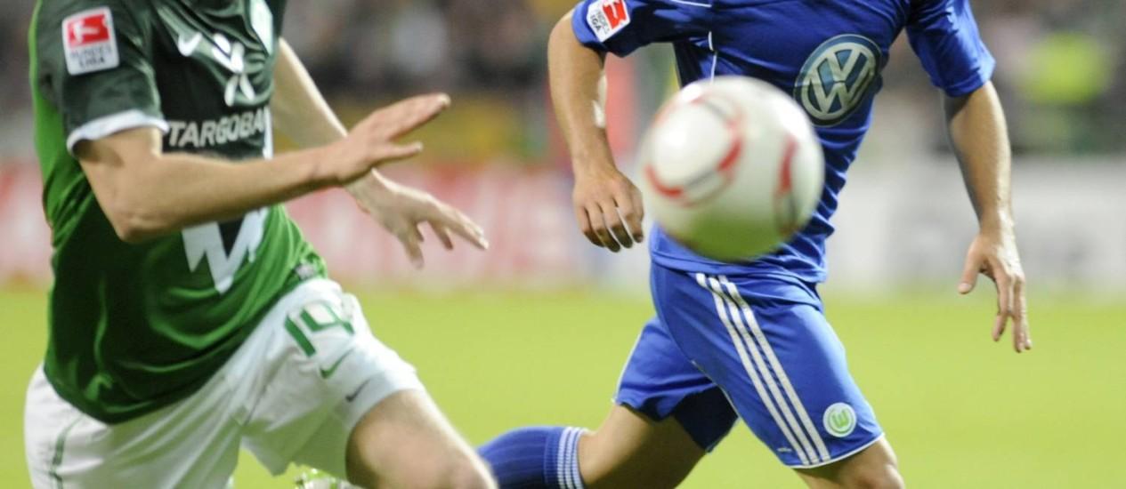 Diego (à direita, no Wolfsburg) é o camisa 10 que o Flamengo quer Foto: Reuters/Arquivo
