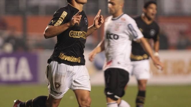 Elkeson comemora um de seus dois gols contra o Corinthians Foto: Marcos Alves / O Globo
