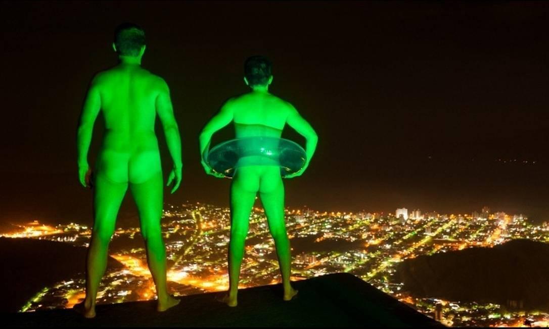 Projeto Light Trapping mistura fetiche, web 2.0 e transgressão ao 'jogar luz' sobre pelados em locais públicos Reprodução de internet