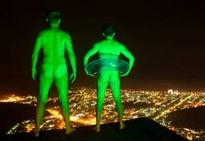 Projeto Light Trapping mistura fetiche, web 2.0 e transgressão ao 'jogar luz' sobre pelados em locais públicos Foto: Reprodução de internet