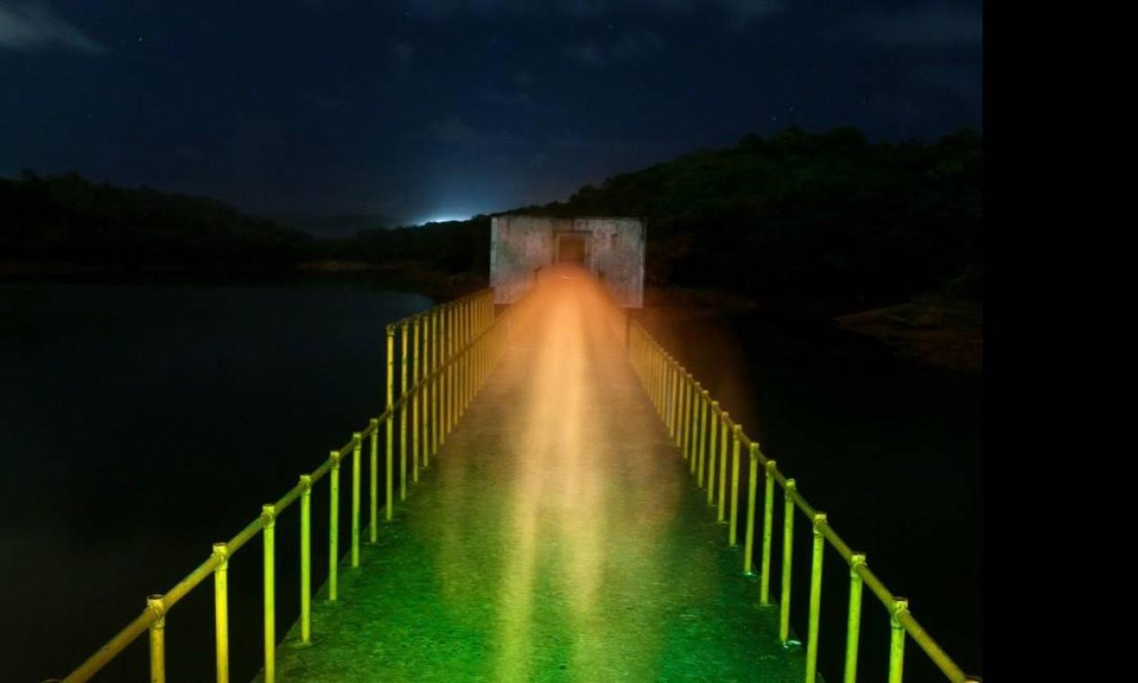 Blog Light Trapping usa câmera com obturador em velocidade baixa, sobre um tripé, para capturar a iluminação pública ou até a luz da lua Foto: Reprodução internet