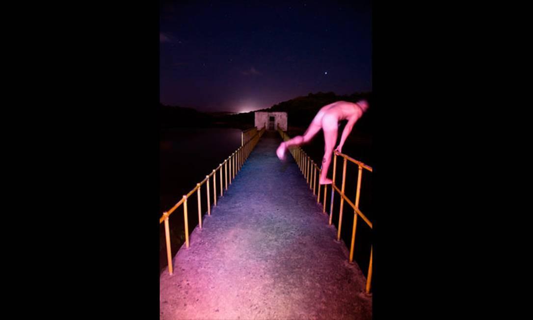 Completamente nu, um homem tenta pular de uma ponte para a sessão de fotos Reprodução de internet