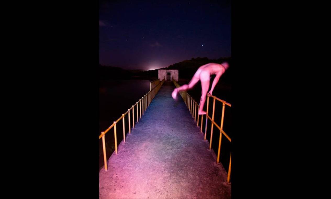 Completamente nu, um homem tenta pular de uma ponte para a sessão de fotos Foto: Reprodução de internet