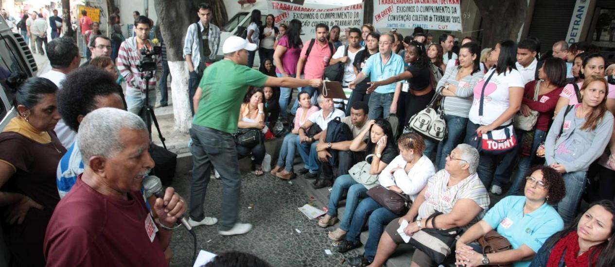 Assembleia de funcionários e terceirizados do Detran, em frente ao prédio do órgão Foto: Hudson Pontes / O Globo