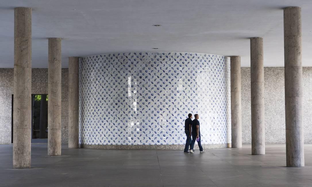 Um dos oito painéis de azulejos do artista Cândido Portinari presentes no Palácio Gustavo Capanema Laura Marques / O Globo